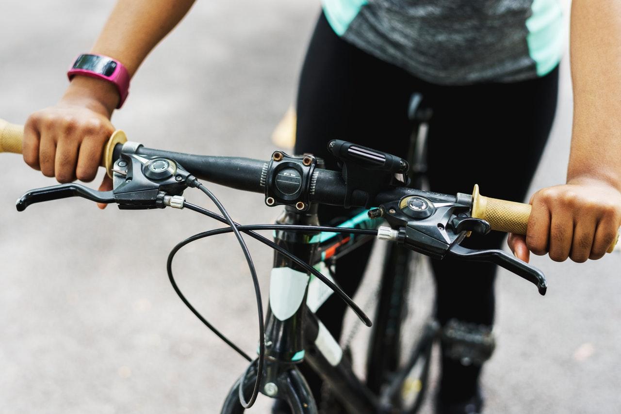 3 akcesoria, w które warto wyposażyć rowerzystę